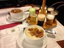 ซุปเบียร์อยู่ข้างหน้า ซุปกระเทียมอยู่ข้างหลัง ทางขวาเป็นรวมมิตรเบียร์ 5 รส มีรสกาแฟ รสกล้วย รสเชอร์รี่ dark beer, light beer แล้วก็อะไรอีกจะไม่ได้ละ