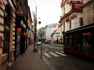 สภาพริมทางเท้าในเมือง Prag ถึงตึกจะสวยแต่ตัวเมืองแอบสกปรกไม่ค่อยมีระเบียบ ไม่รู้ทำไมเดินทางเท้าที่นี่แล้วนึกถึงกรุงเทพ