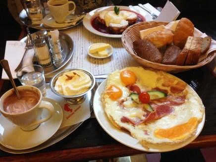 อาหารเช้าที่ Café Louvre