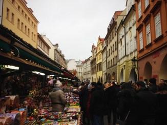 ถนนตลาดนัดของที่ระลึก อารมณ์ประมาณพัฒพงษ์ ของที่ขายแต่ละร้านเหมือนกันแทบจะเด๊ะๆ ส่วนใหญ่จะเป็นตุ๊กตาหุ่นกระบอกกับถ้วยชามโบฮีเมียน
