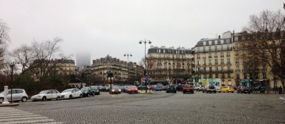 Place Denfert-Rochereau เห็นตึก Montparnasse Tower ในสายหมอกอยู่ด้านหลัง