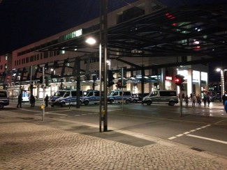 คืนที่เราไปอยู่ Dresden เป็นคืนวันจันทร์ ซึ่งจะมีการเดินขบวนของ Pegida เป็นปกติ เลยมีรถตำรวจมาจอดรอควบคุมสถานการณ์อยู่เต็มไปหมด Pegida ก็คือกลุ่มคนที่มีความหวาดกลัวว่าถ้ามีคนอิสลามอพยพมาอยู่เยอรมันเยอะๆ แล้วจะทำให้ศาสนาอิสลามมีอิทธิพลในยุโรปมากขึ้นเรื่อยๆ จึงทำการเดินขบวนต่อต้านนโยบายของนายกเยอรมันที่เปิดประเทศรับผู้อพยพชาวอิสลามจากตะวันออกกลางอย่างไม่อั้น