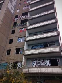 ส่วนนี่เป็นอาคารที่อยู่อาศัยที่แปลกมาก เพราะฝั่งนึงเป็นอาคารร้าง ไม่มีประตูหน้าต่าง แต่อีกฝั่งกลับมีคนอยู่อาศัย