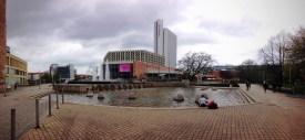 ตึกสูงๆด้านหลังคือโรงแรม Mercure ซึ่งเป็นตึกระฟ้าหนึ่งเดียวในเเมือง Chemnitz ส่วนตึกเตี้ยทางด้านซ้ายเป็น City Hall