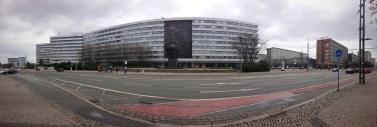 ในบริเวณใจกลางเมือง Chemnitz จะมีรูปสลักขนาดใหญ่รูปศีรษะของ Karl Marx ซึ่งเป็นบิดาของคอมมิวนิสต์ตั้งอยู่ ในสมัยที่ยังเป็นเยอรมันตะวันออก เมือง Chemnitz ถูกเปลี่ยนชื่อเป็น Karl-Marx-Stadt แล้วก็ถูกเปลี่ยนชื่อกลับหลังเยอรมันรวมประเทศ แต่ว่ารูปสลักศีรษะของ Karl Marx ก็ยังคงตั้งอยู่ในใจกลางเมืองจนกลายไปเป็นสัญลักษณ์ของเมือง Chemnitz ในทุกวันนี