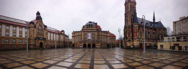 แต่นอกจากอาคารสไตล์คอมมิวนิสต์แล้ว ในใจกลางเมือง Chemnitz ก็ยังมีอาคารเก่าๆตั้งแต่สมัยก่อนสงครามโลกที่สวยๆงามๆอยู่เหมือนกัน ที่เห็นในรูปเป็นบริเวณที่เรียกว่า Theater Platz ส่วนในรูปอื่นๆจะเป็นอาคารที่ทำงานราชการที่ตั้งอยู่ตรงกึ่งกลางใจกลางเมืองเลย