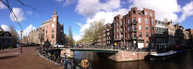 บรรยากาศบ้านเรือนริมคลองใน Amsterdam