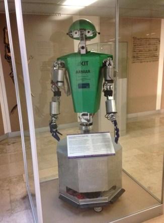 หุ่นยนตร์ ARMAR ที่ถูกประดิษฐ์ขึ้นมาที่มหาลัย KIT Karlsruhe เพื่อใช้ช่วยงานในครัว ดีใจมากที่ได้เจอเจ้าตัวนี้ เพราะตอนอยู่ Studienkolleg เราต้องทำ Powerpoint พรีเซนต์เกี่ยวกับงานวิจัยนี้ รู้สึกเหมือนได้เจอเพื่อนเก่ายังไงยังงั้นเลย