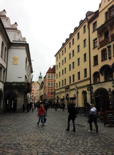 ทางซ้ายคือ Hofbräuhaus โรงเบียร์ชื่อดังที่สุดใน Munich ใครๆก็ต้องมา