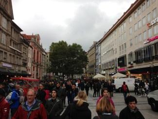 Neuhauser Straße ถนนสายชอปปิ้งที่คราคร่ำไปด้วยผู้คน