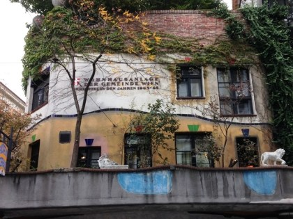 Hundertwasserhaus มีข้อความบอกว่าสร้างในปีไหน