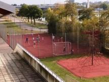 เด็กๆฝึกบอลในสนามข้างๆโรงเรียน
