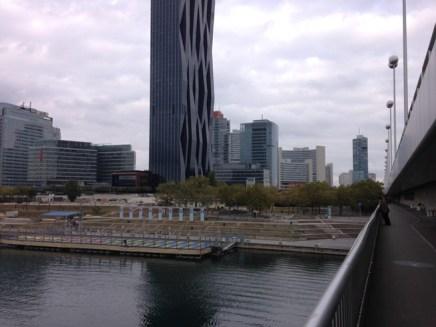 วิวของฝั่งเมืองใหม่จากด้านบนสถานีรถไฟ Donauinsel