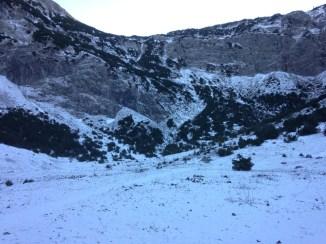 ยืนอยู่ตรงบริเวณที่ราบ ทางปลายอีกฝั่งคือภูเขาสูงที่ต้องเดินไต่ขึ้นไป