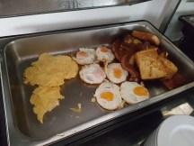 อาหารเช้าสไตล์ยุโรป มีตามที่เห็นเลย พนักงานจะมาเติมอย่างเชื่องช้า หมดเกลี้ยงเมื่อไหร่ค่อยเติม เราตื่นลงมากินข้าวคนแรกเลย เลยได้เลือกกินเยอะสุด 55555