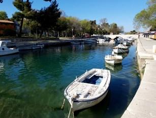 สะพานที่เชื่อมแผ่นดินใหญ่กับเกาะเล็กๆที่ตัวเมืองเก่าของ Trogir ตั้งอยู่