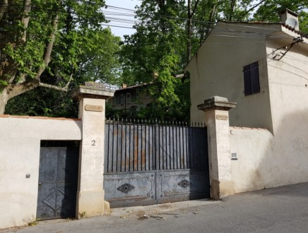 ประตูรั้วบ้านของ Paul Cézanne ศิลปินแนว Post-Impressionist ชาวฝรั่งเศสชื่อดังที่มีชีวิตอยู่ในช่วงปลายศตวรรษที่ 19