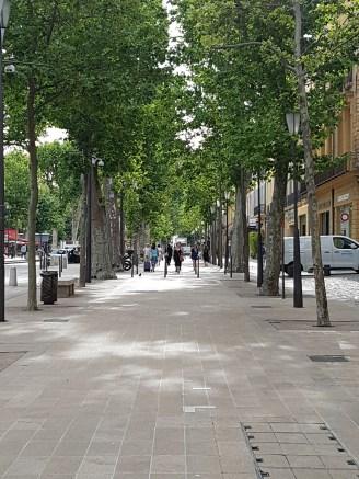 ทางเท้าขนาดใหญ่ริมถนน Cours Mirabeau