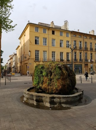 เมือง Aix-en-Provence จะมีชื่อเสียงเรื่องน้ำพุที่ตั้งอยู่ทั่วไปในตัวเมือง บางอันก็เป็นก้อนหินก้อนใหญ่ๆตะไคร่เกาะแบบนี้แหละ