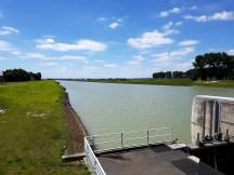 ฝายกั้นน้ำ เทคโนโลยีน้ำเข้าจากประเทศเนเธอร์แลนด์ เพื่อรักษาระดับน้ำของแม่น้ำในฝั่งแผ่นดินใหญ่ไม่ให้ขึ้นๆลงๆเยอะมากในระหว่างที่เกิดน้ำขึ้นน้ำลง และยังมีเทคโนโลคันดินช่วงไม่ให้น้ำท่วมในช่วงที่น้ำขึ้นมากๆด้วย