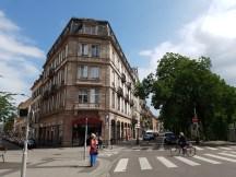 ตึกรามบ้านช่องก็จะหน้าตาไปคนละทางกับเมืองฝรั่งเศสอย่างเมืองปารีสหรือ Rennes หรือ Nantes ตึกที่นี่จะหน้าตาออกไปทางเยอรมันซะมากกว่า แต่ก็มีบางโซนของเมืองที่เต็มไปด้วยตึกหน้าต่าฝรั่งเศสจ๋าๆ