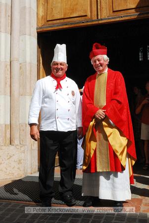 Walter Ziegler (li) vom Verband der Köche Österreichs mit Prälat Univ.-Prof. Dr. Hans Paarhammer am Eingang zur Franziskanerkirche