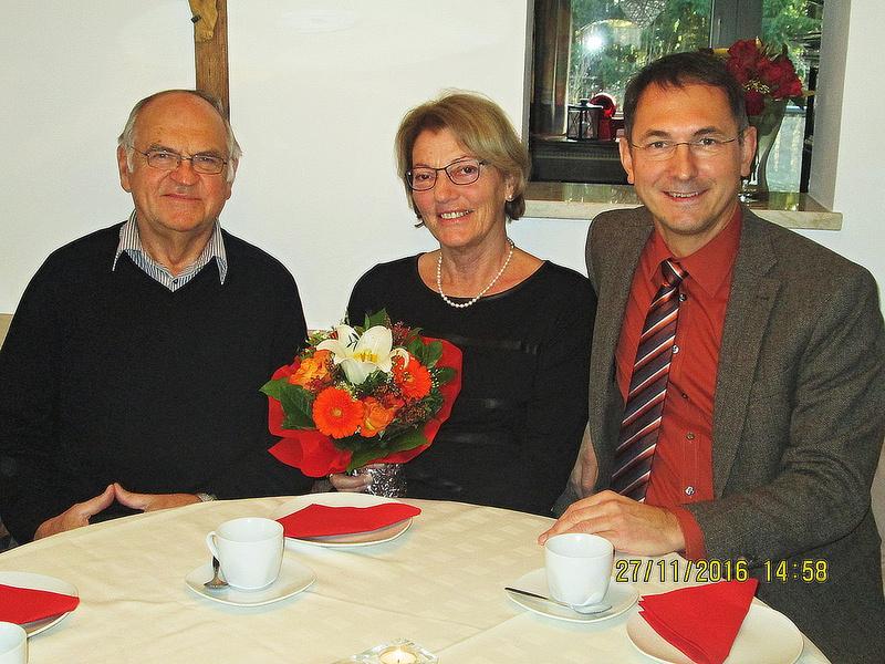 Prof. Franz Paul und  Adelheid Enzinger mit Bürgermeister DI Adi Rieger (rechts) [Bildquelle Stadtgemeinde Neumarkt am Wallersee]