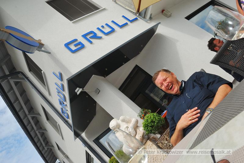 Walter Grüll vor seinem Fischspezialitäten-Geschäft in Grödig bei Salzburg