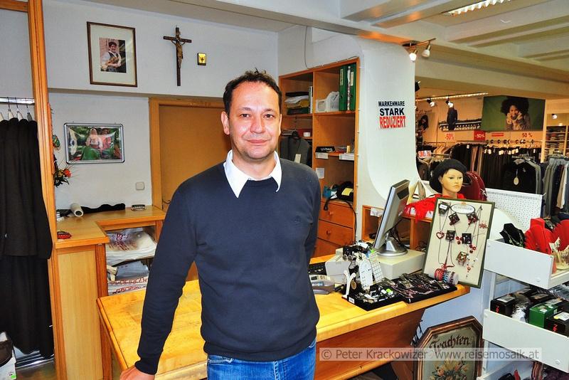 Karl Scheidler in seinem Geschäft