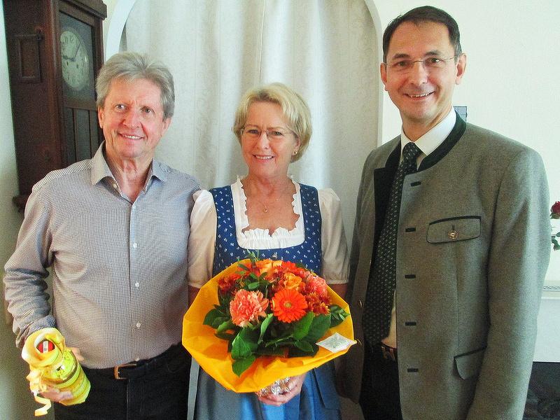 von links: Roland und Angela Zuck mit Bürgermeister Dipl.-Ing. Adi Rieger