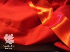 Rotes Kleid Stoff und Satinbänder