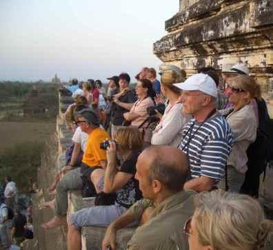 Myanmar, Touristen beim Sonnenuntergang auf dem Shwesandaw Tempel in Bagan