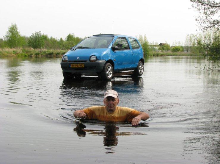 Auto op het water geparkeerd in de Rottige Meente