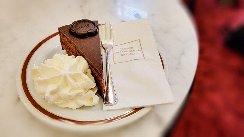 Leckere Sacher-Torte im Cafe Sacher in Wien