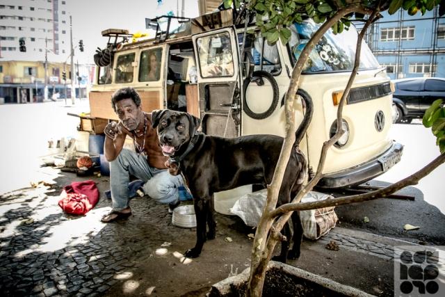 moradores de rua e seus cães capa