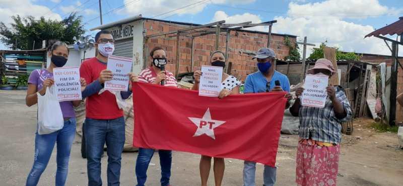 Moradores com cartazes exigindo de Rui Costa o fim da violência policial