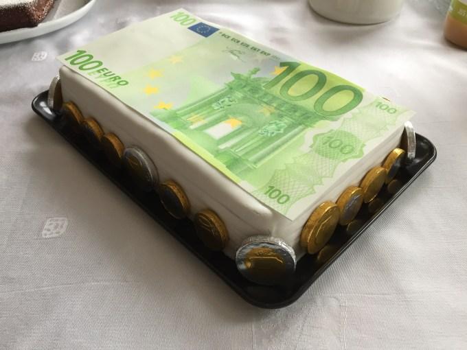 gâteau d'anniversaire avec billet de 100 euros