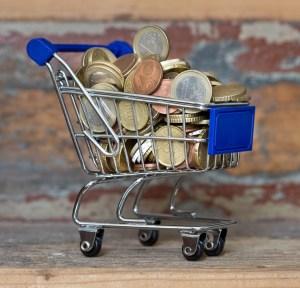 Caddie rempli de pièces de monnaie