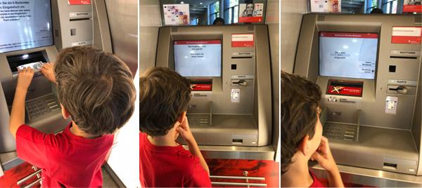 Tom au guichet automatique de la banque