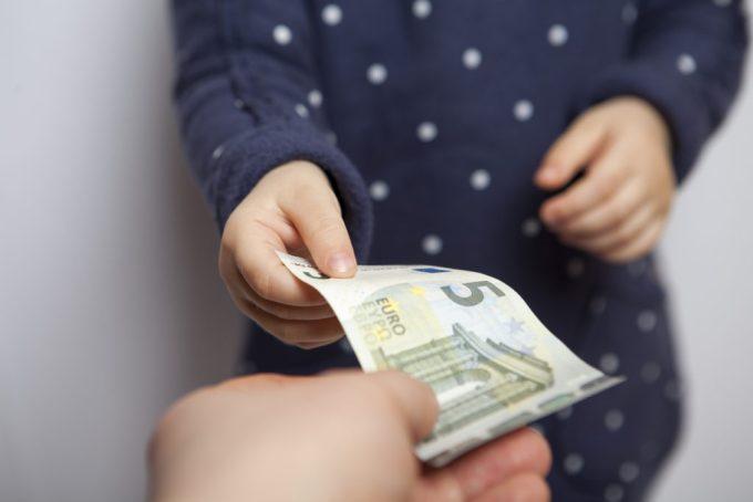 un enfant reçoit un billet de 5 euros