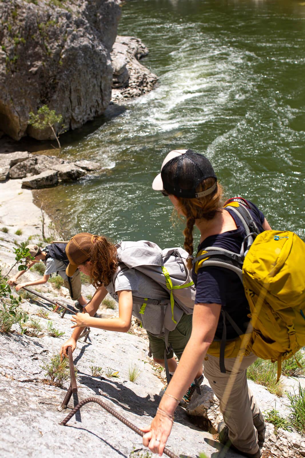 Randonnée en famille dans les Gorges de l'Ardèche - passage des échelles