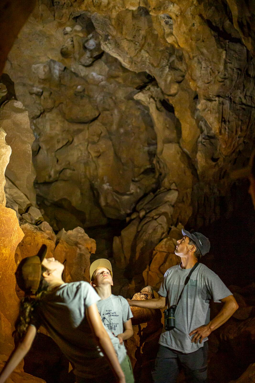 Découverte d'une grotte pendant une randonnée en famille dans les Gorges de l'Ardèche