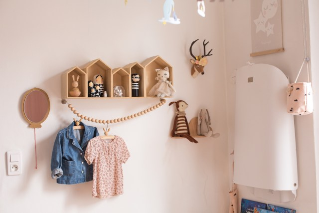 chambre-fille-girl-bedroom-pink-gold-glitters-lit-cabane-bois-wooden-nobodinoz-bloomingville