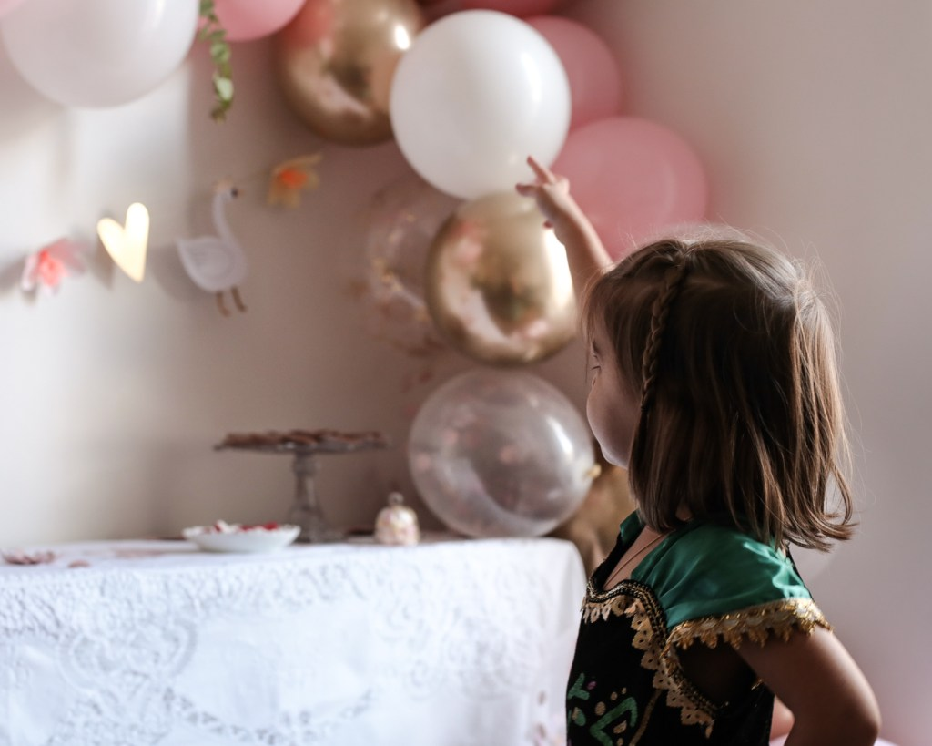 anniversaire-mila-4-ans-rose-caramelle-decoration-princesse-rose-gold-meri-meri-deguisement-disney-anna