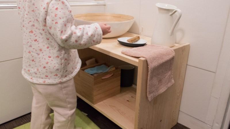 Sa salle de bain Montessori pour apprendre à faire seule