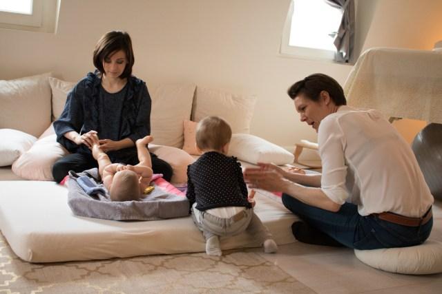 Massage bébé en famille