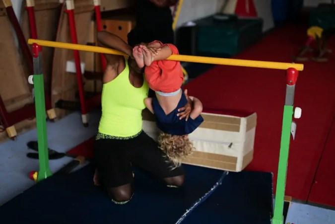 Le cochon pendu, une activité de la baby gym