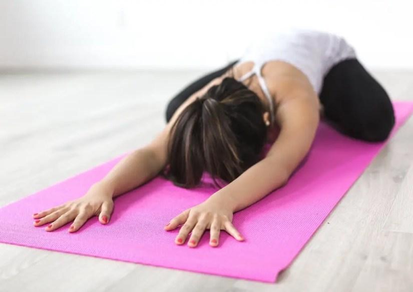 Pratiquer le yoga est un excellent sport pour les femmes enceintes au premier trimestre de la grossesse