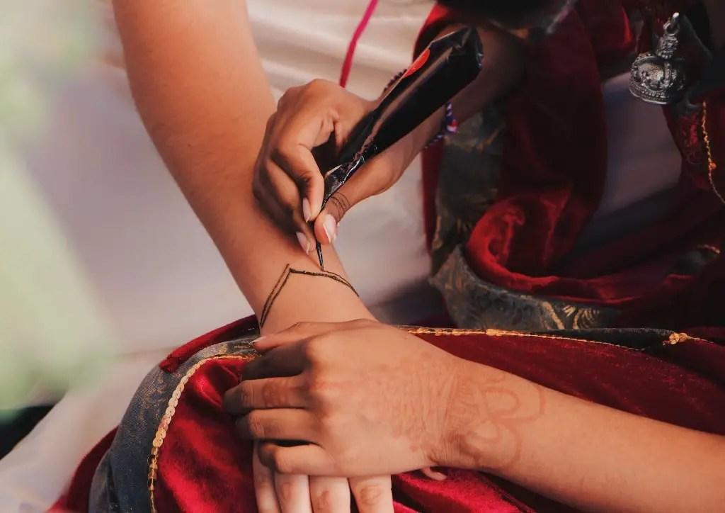 Application de la pâte lors d'un tatouage au henné
