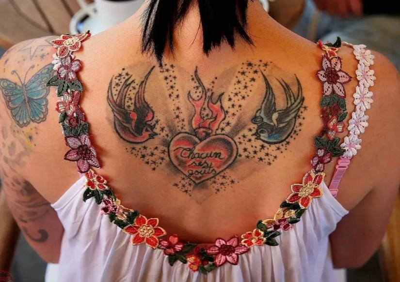 Le haut dos, une zone à privilégier pour se faire tatouer si on compte avoir des enfants